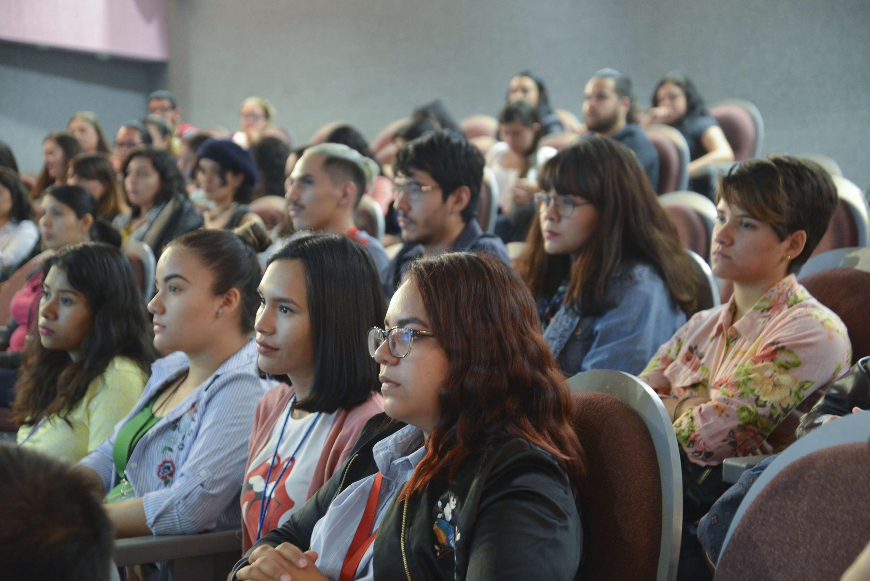 Estudiantes de carreras de Salud Publica escuchan al conferencista  en el auditorio