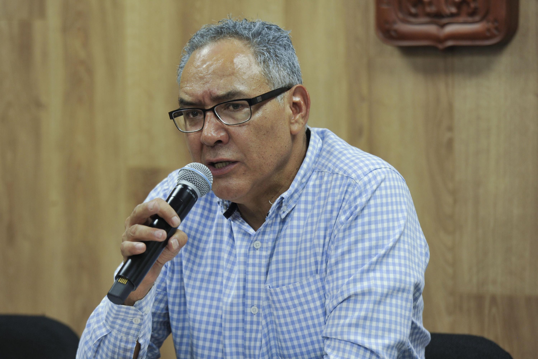 Doctor Alberto Cuauhtémoc Mayorga Madrigal, Jefe del Departamento de Filosofía, del Centro Universitario de Ciencias Sociales y Humanidades, con micrófono en mano haciendo uso de la palabra durante rueda de prensa.