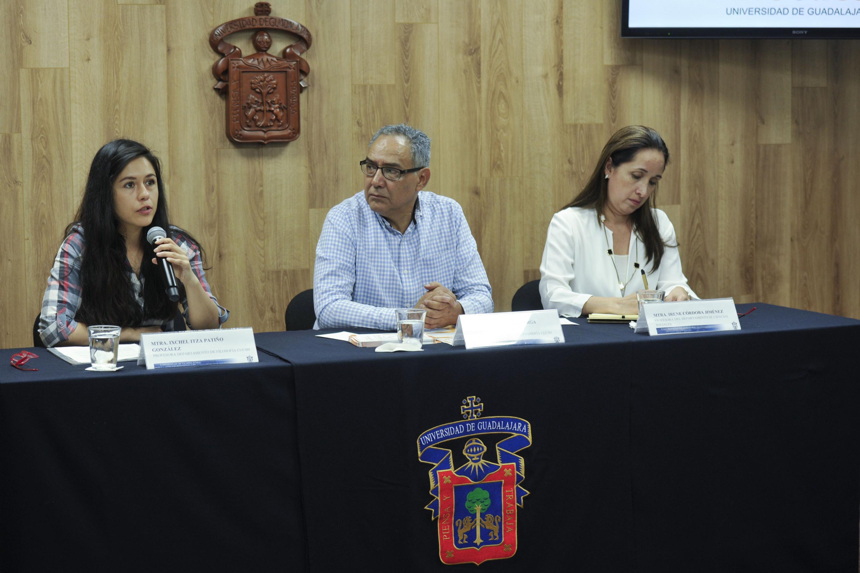 Maestra Ixchel Itza Patiño, coordinadora del posgrado, con micrófono en mano haciendo uso de la palabra durante rueda de prensa.