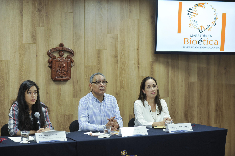 Especialistas en el área de bioética, participantes en la rueda de prensa.