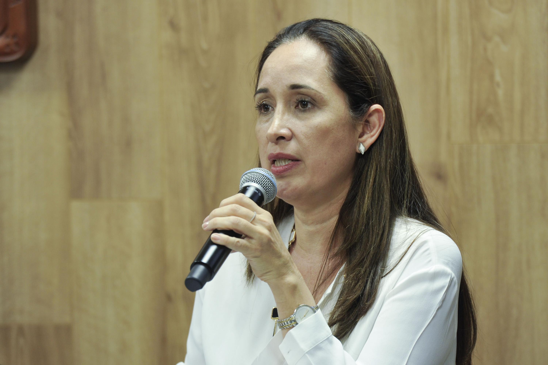 Doctora Irene Córdova Jiménez, miembro del núcleo académico del posgrado; con micrófono en mano haciendo uso de la palabra durante rueda de prensa.