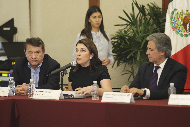 Doctora Carmen Rodríguez Armenta, Vicerrectora Ejecutiva de la Universidad de Guadalajara, frente al micrófono haciendo uso de la voz.