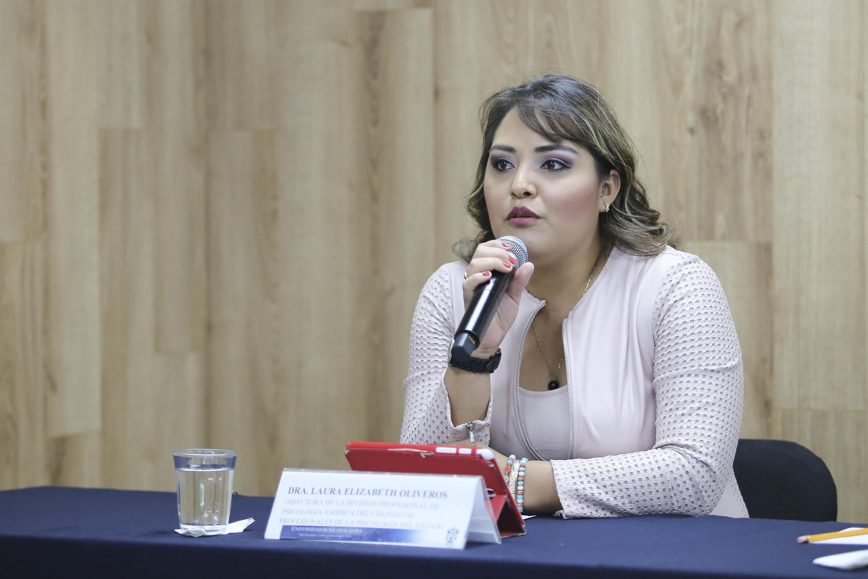 Doctora Laura Elizabeth Oliveros, Directora de la división profesional de psicología juridica del colegio de profesionales de la psicología del Estado, haciendo uso de la palabra.