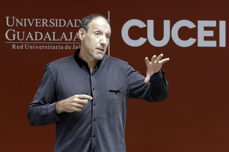 Ponente doctor Javier Martínez Aldanondo, Consultor de la ONU y del Banco Mundial en el área de gestión del conocimiento, haciendo uso de la palabra
