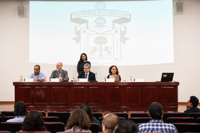 Mesa del presidium de la conferencia inaugural con la presencia del Rector del CUCSH