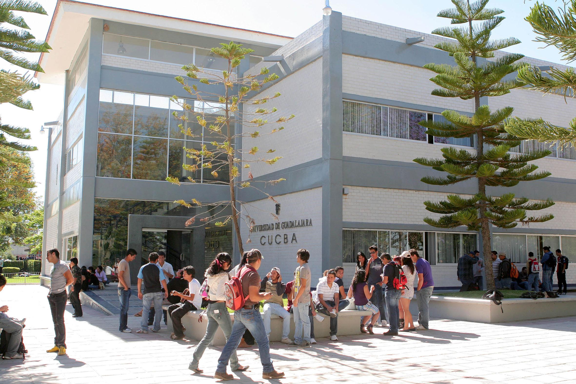 Estudiantes del CUCBA, llegando a las instalaciones del centro universitario.
