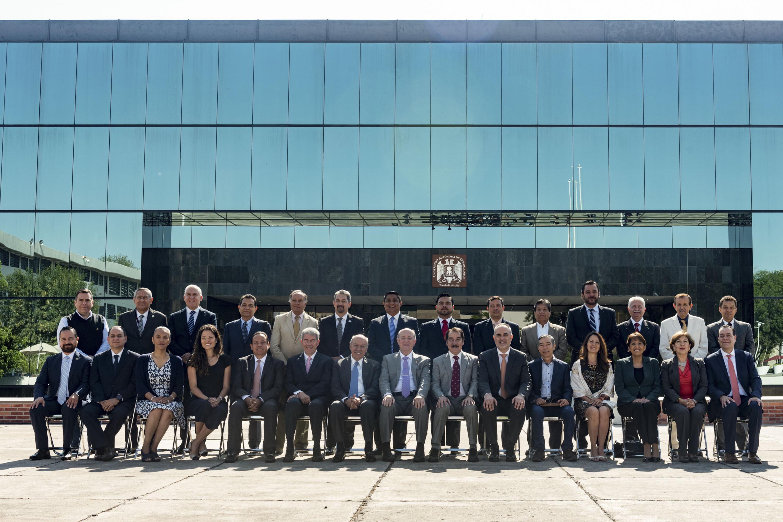 Miembros de la Sesión Ordinaria de la Región Centro-Occidente de la Asociación Nacional de Universidades e Instituciones de Educación Superior (ANUIES), posando para fotografía grupal.