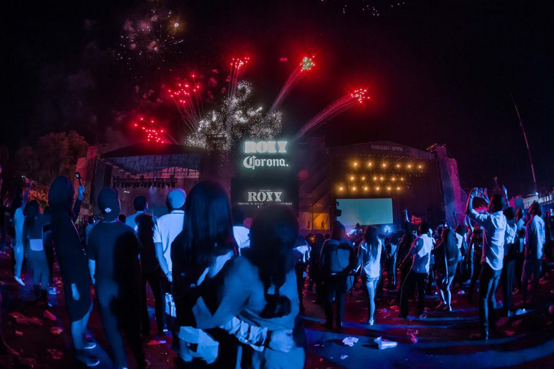 El publico asistente al festival ROXY 2017 viendo los juegos artificiales al finalizar el evento