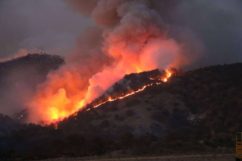 Vista panorámica del incendio registrado en el Bosque La Primavera, en la zona del Cerro de San Miguel.