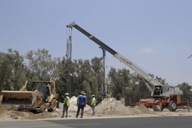 Tractor y máquinas constructoras en viaducto Belenes.