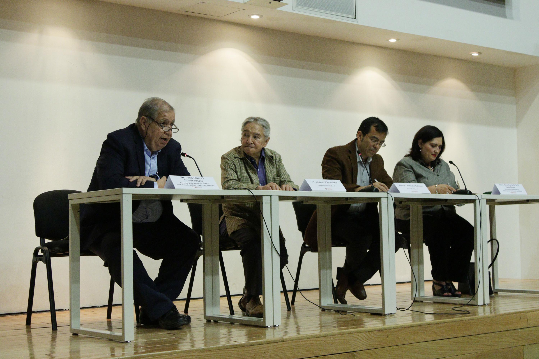 Cuatro personalidades en la mesa de presentación de la obra de Tomas Granados