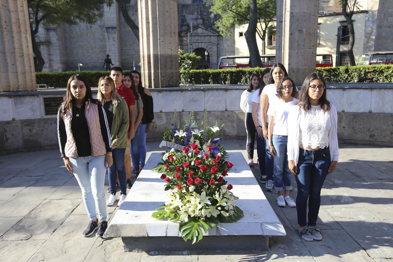 Estudiantes universitarios, haciendo guardia en la tumba de Irene Robledo García; durante homenaje.