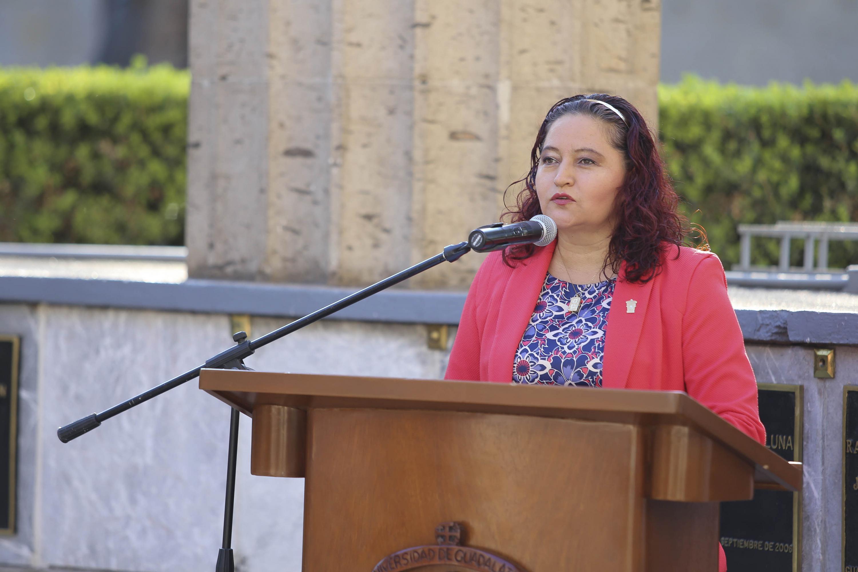 Doctora Elisa Cerros Rodríguez, académica del Departamento de Trabajo Social del Centro Universitario de Ciencias Sociales y Humanidades, en podium instalado en la Rotonda de los hombres ilustres; haciendo uso de la palabra.