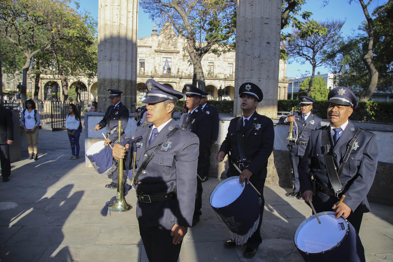 Cadetes tocando tambores y trompetas, durante homenaje.