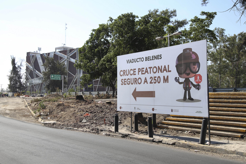 Cartel de la ubicación del paseo peatonal seguro en la construcción del viaducto Belenes.