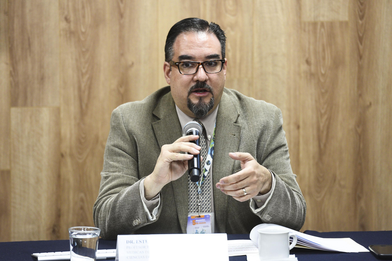 Doctor Esteban González Díaz, investigador del Departamento de Clínicas Médicas del Centro Universitario de Ciencias de la Salud (CUCS), haciendo uso de la palabra.