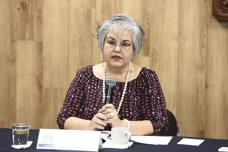Doctora Marina Kasten Monges, investigadora del Departamento de Salud Pública del (CUCS), con micrófono en mano haciendo uso de la voz.