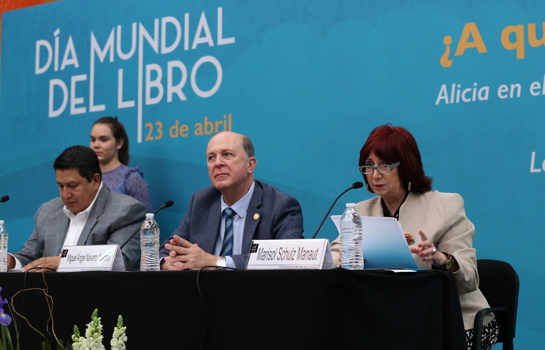 El rector general Dr. Miguel Angel Navaro y la presidenta de la Feria Internacional del Libro en mesa de prensa