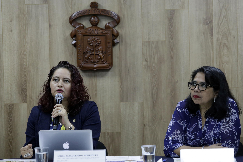 La maestra Cerros Rodríguez hablo con la prensa de las actividades del Congreso de Trabajo Social