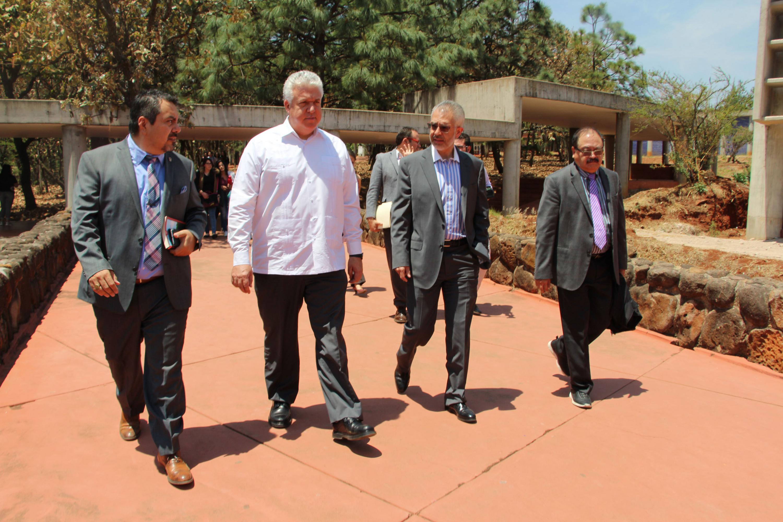 Embajador de Ecuador en México,  Leonardo Arízaga Schmegel; haciendo un recorrido por instalaciones del Cualtos, en companía de autoridades del centro universitario