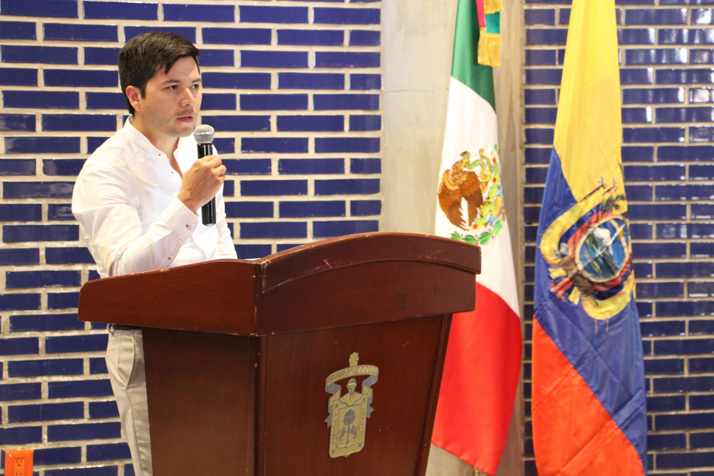 Panelista participante en el evento haciendo uso de la palabra en podium.