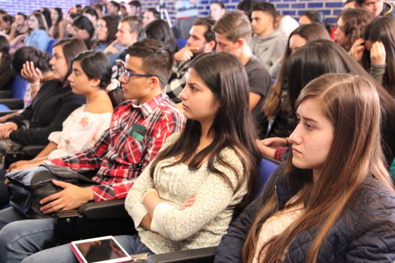 Vista panorámica de los estudiantes del centro universitario, asistente a conferencia.