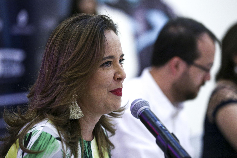 La directora del festival Papirolas, maestra Marcela García Bátiz, dirigiéndose al público de la conferencia de prensa.