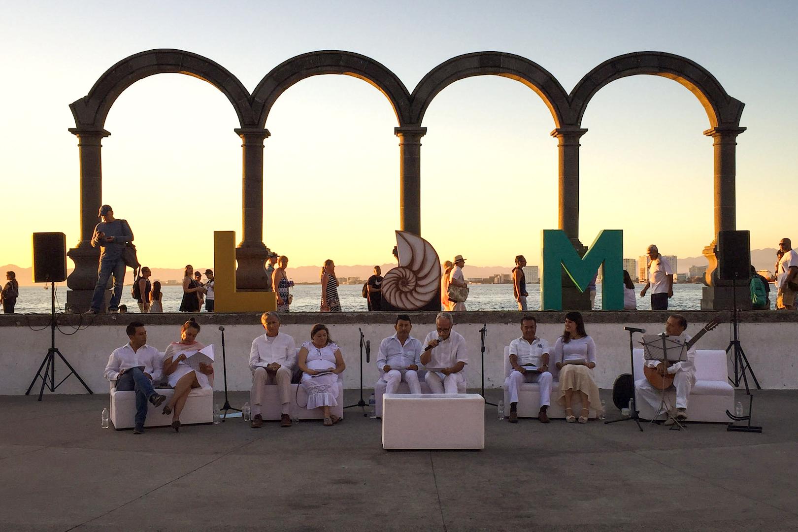 """Literatos participantes del evento de  """"patasalada"""" encabezando la gala de poesía """"Noche de juglares""""; en los Arcos de Puerto Vallarta."""
