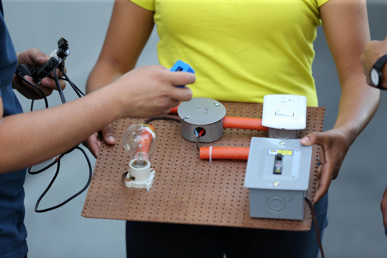 El proyecto IGU 24, es un sensor con cerebro que monitorea la energía, la procesa en una base de datos y la información se expresa en una aplicación que puede consultarse en un dispositivo móvil.
