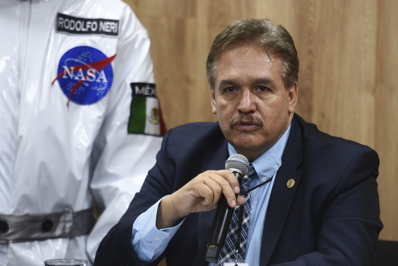 El director de la prepa de Tlajomulco aompaño al doctor Neri Vela en la rueda de prensa