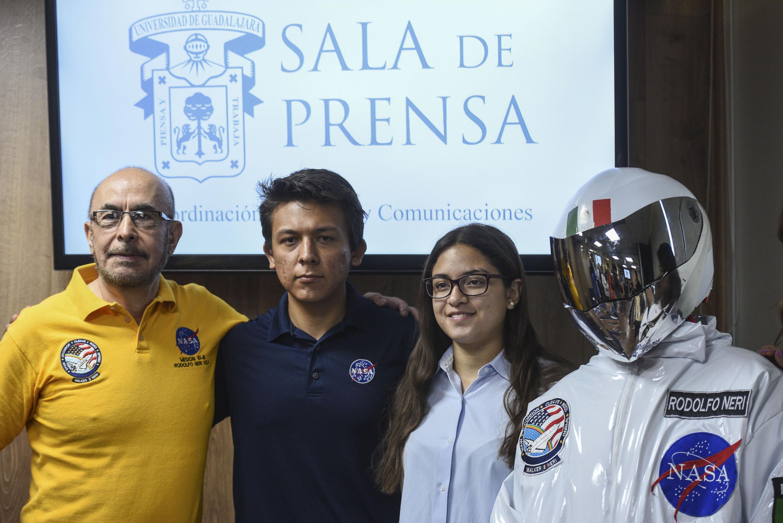 El doctor Neri Vela, dos estudiantes y el astronauta posan para una fotografia al termino de la rueda de prensa