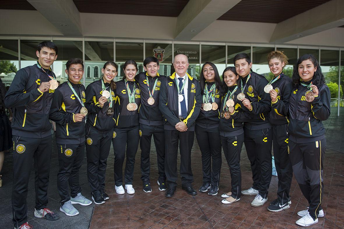 Rector General en compañía de los medallistas de la Universiada Nacional, en la explanada del edificio de Rectoría.