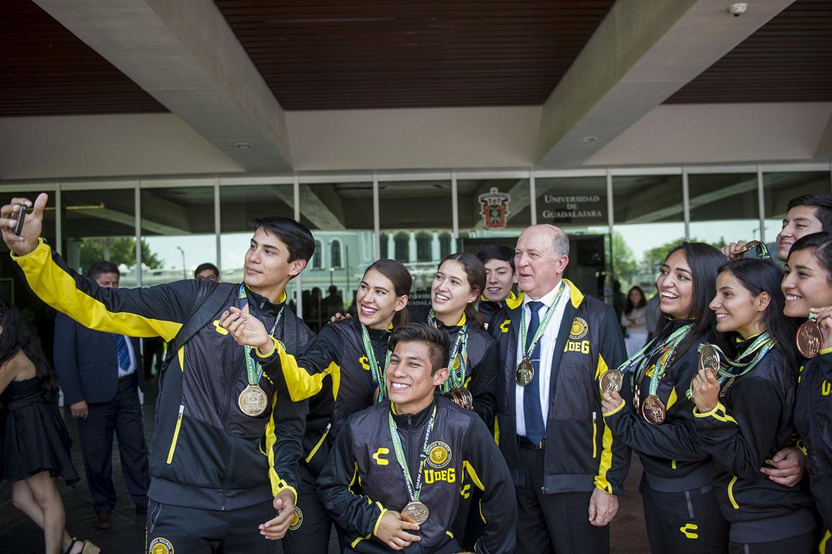 Equipo de medallistas de la Universiada Nacional, tomándose una selfie con el Rector General de la UdeG.
