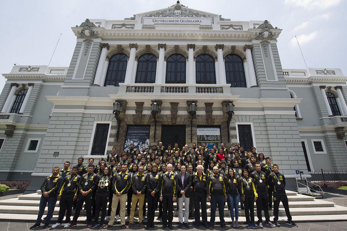 Rector General en compañía del equipo de medallistas de la Universiada Nacional, en las afueras del Museo de las Artes.