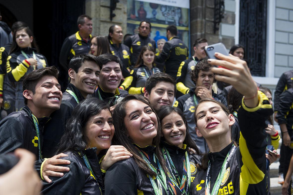 Equipo de medallistas de la Universiada Nacional, tomándose una selfie, en las afueras del MUSA.