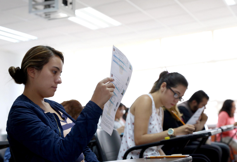 Aspirante a licenciatura de la Universidad de Guadalajara, revisando su solicitud de ingreso.