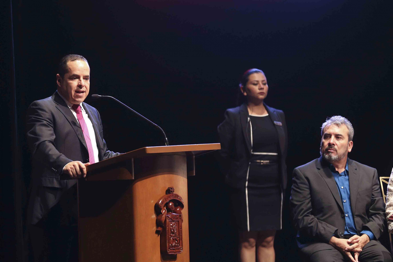 Secretario General del Sindicato de Trabajadores Académicos (STAUdeG), maestro Enrique Velázquez González, haciendo uso de la palabra