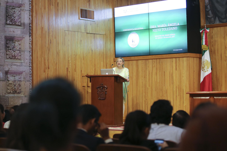 Doctora María Ángela Nieto Toledano, investigadora del Instituto de Neurociencias de Alicante, España y ganadora del Premio México de Ciencia y Tecnología 2017, dictando una conferencia en el Paraninfo Enrique Díaz de León
