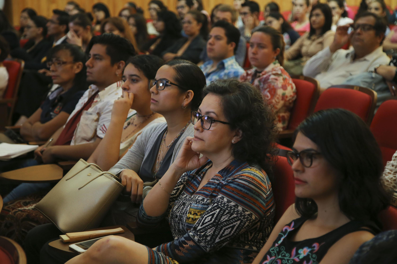 Vista panorámica del público asistente a conferencia.
