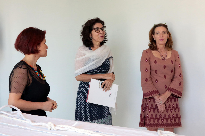 La Directora del MUSA, maestra Maribel Arteaga Garibay, acompañada de la escultora Andrea Rey, artista en residencia en el Museo de las Artes, de la Universidad de Guadalajara.