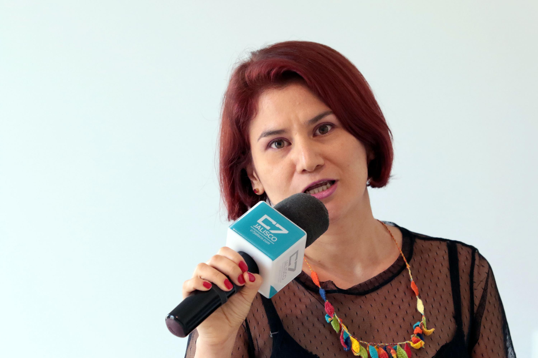 La escultora Andrea Rey, artista en residencia en el Museo de las Artes, de la Universidad de Guadalajara, haciendo uso de la palabra.
