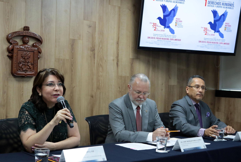 Vicerrectora Ejecutiva de la UdeG, doctora Carmen Enedina Rodríguez Armenta; con micrófono en mano haciendo uso de la palabra.