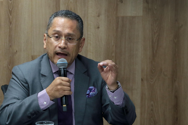 Magistrado Antonio Fierros Ramírez del Supremo Tribunal de Justicia del Estado de Jalisco; con micrófono en mano haciendo uso de la palabra.