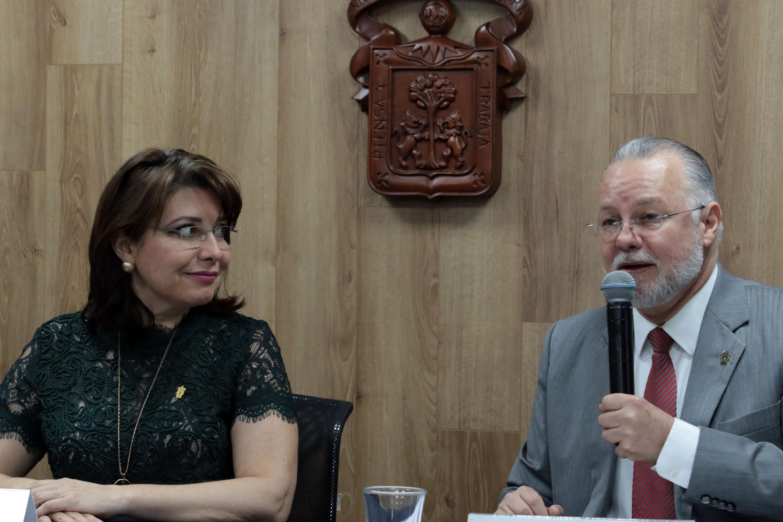Presidente del congreso y exrector de la UdeG, maestro José Trinidad Padilla López; con micrófono en mano haciendo uso de la palabra.