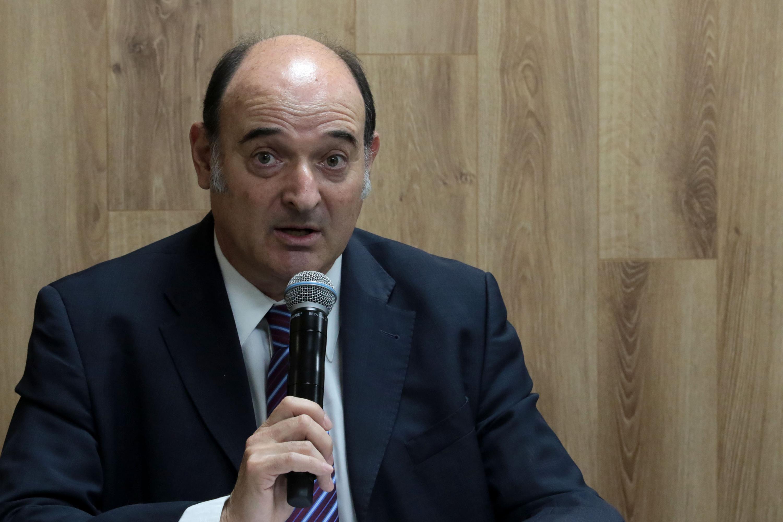 Investigador de la UdeG, doctor Marcos Pablo Moloeznik Gruer; con micrófono en mano haciendo uso de la palabra.