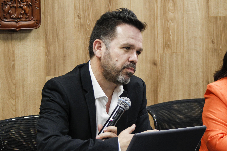 Doctor Aristarco Regalado Pinedo, Rector del Centro Universitario de los Lagos (CULagos), con micrófono en mano haciendo uso de la voz.