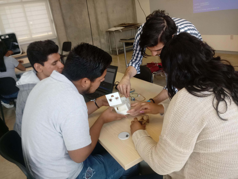 Emprendedor canadiense mostrando su proyecto a estudiantes de bachillerato, de la Universidad de Guadalajara.