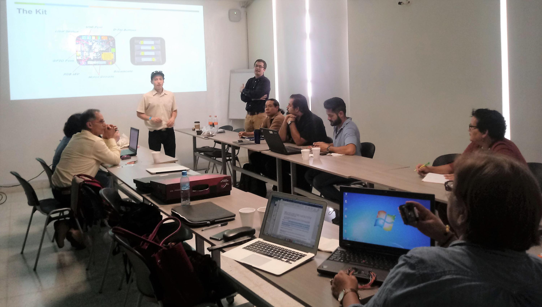 """Jóvenes emprendedores que encabezan el proyecto empresarial """"Robot in a can"""", impartiendo taller a profesores de UDGVirtual."""