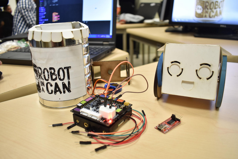 """Proyecto empresarial """"Robot in a can"""", realizado por Benjamin Douek y Devin Lester, jóvenes emprendedores de la Universidad de Concordia, en Montreal."""