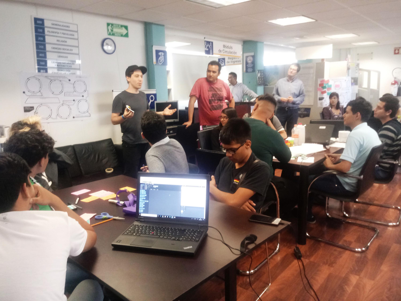 """Jóvenes emprendedores del proyecto """"Robot in a can"""", impartiendo taller a estudiantes del Sistema de Educación Media Superior (SEMS)."""